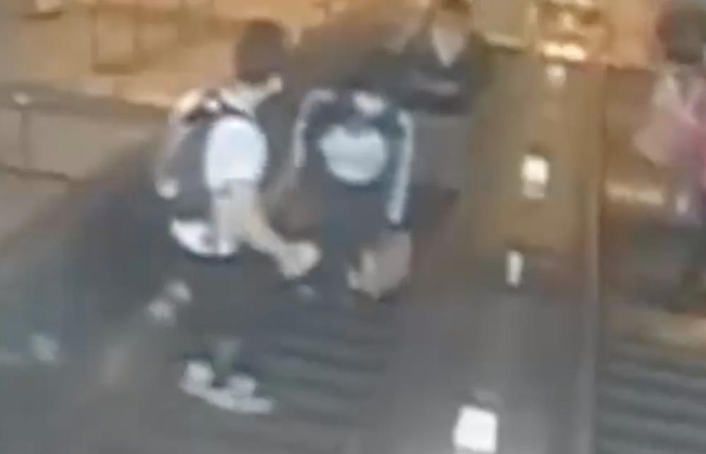 Violento hombre le pegó una patada en el pecho a una mujer cuando iban en una escalera eléctrica
