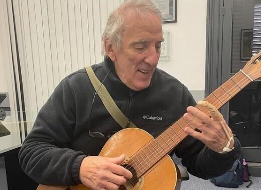 Profesor de música que perdió un dedo volvió a tocar la guitarra gracias a la impresión 3D.