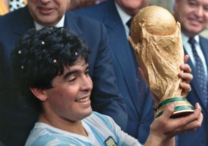 Diego Maradona levantando el trofeo de campeón en el Mundial de México 1986.