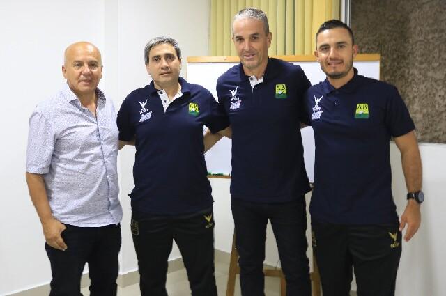 Néstor Craviotto y su cuerpo técnico, en Atlético Bucaramanga