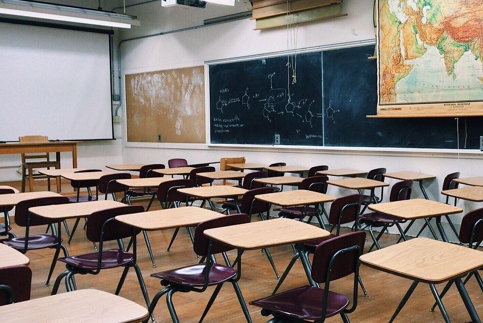 alumno detona bomba casera en salón de clases