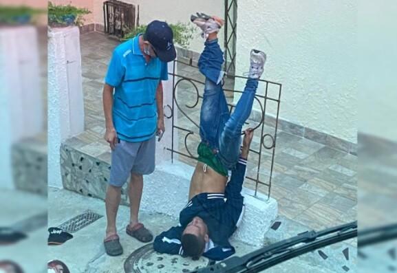 De cabeza y atrapado en una reja, así acabó ladrón en Bucaramanga.jpg