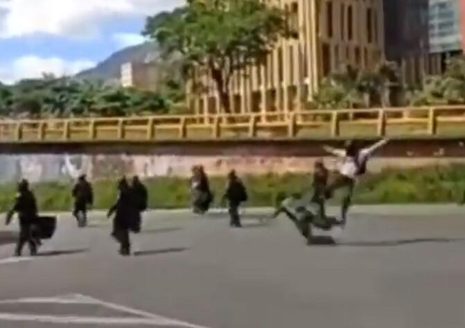 Policía atacada con patada por la espalda.jpg