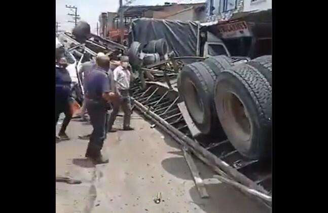 Impactantes videos de accidente de tractomula que habría perdido los frenos en vía Bogotá-Girardot