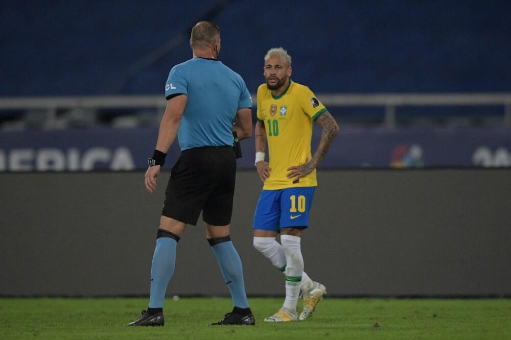 Néstor Pitana y Neymar.jpeg
