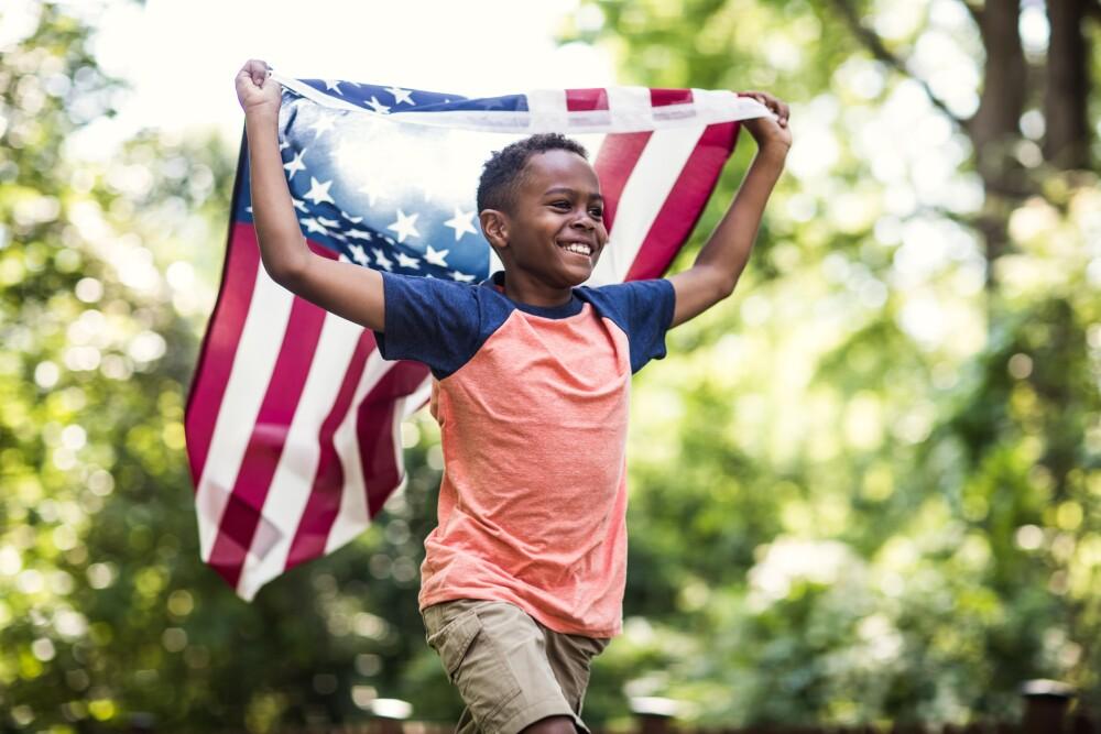 Niño le reclama a un hombre por izar la bandera de discriminación.