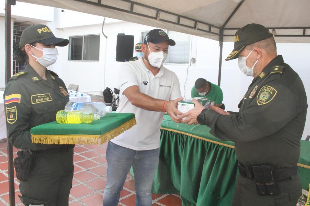 373656_BLU Radio //Nelson Patrón, jefe de la oficina de Seguridad y Convivencias Ciudadana entregó la dotación al general Ricardo Alarcón.. // Foto: Alcaldía