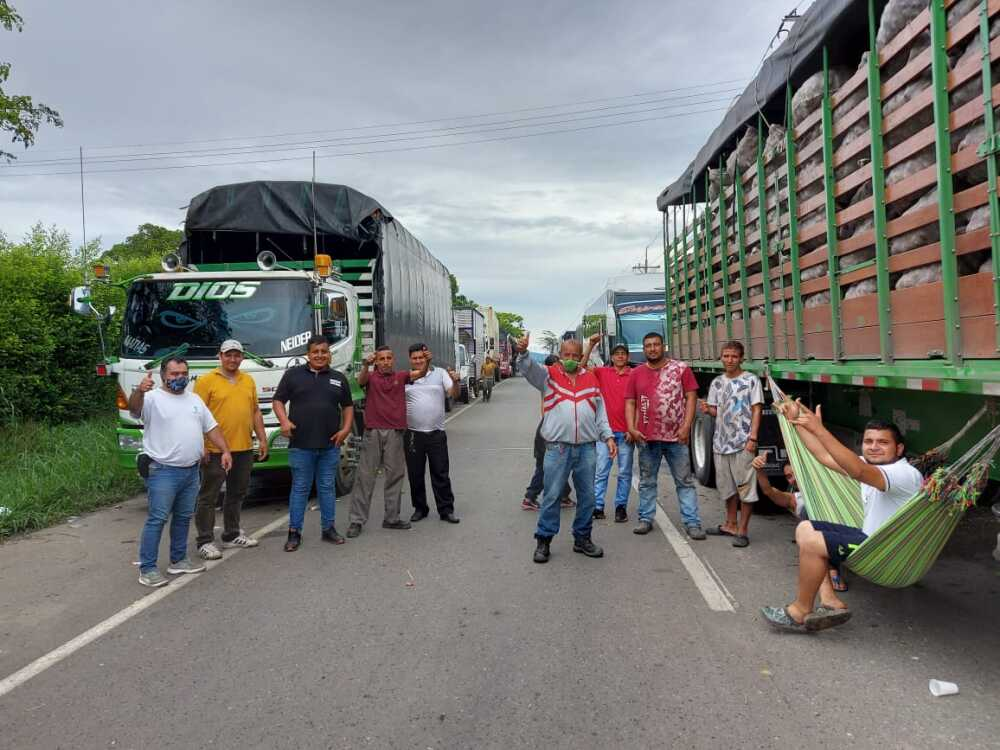 camioneros esperando poder ingresar a Cali.jpeg