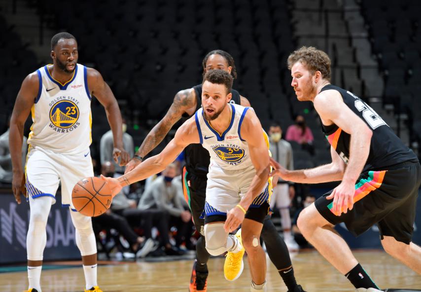 Stephen Curry hizo jugada mágica en el duelo frente a los Spurs de San Antonio.