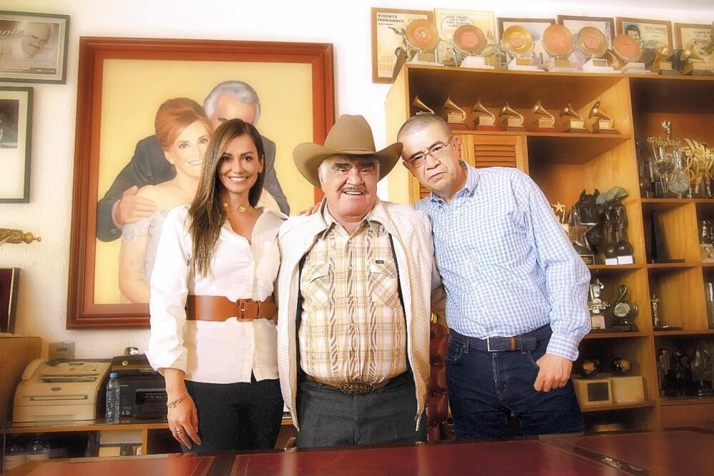 Lisette Osorio, vicepresidente de Negocios Internacionales de Caracol Televisión; Vicente Fernández; Dago García, vicepresidente de Producción de Caracol Televisión.