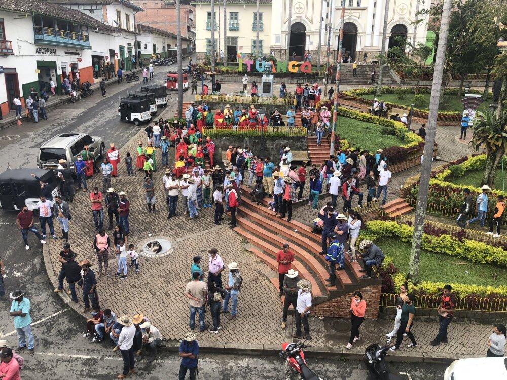 Desplazados en Parque Principal de Ituango, Antioquia.jpg