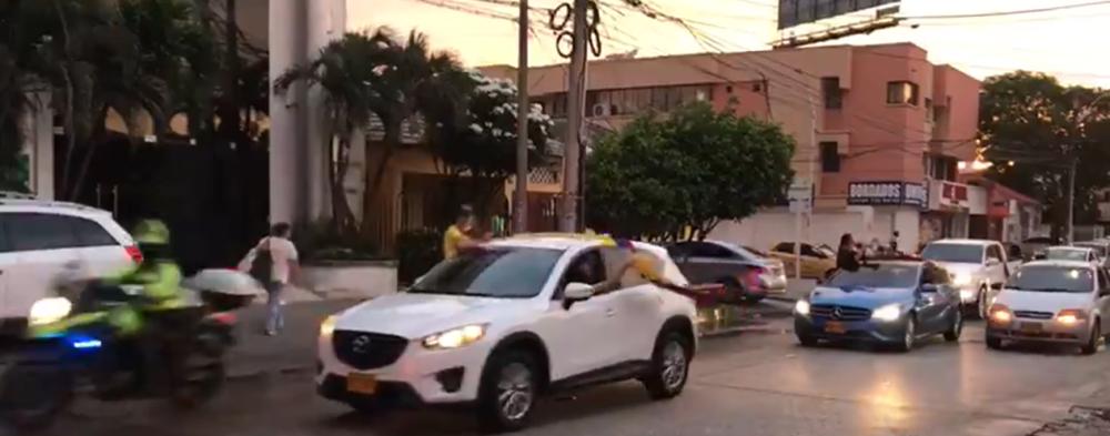 373318_BLU Radio // Caravana en Barranquilla por detención domiciliara del senador Álvaro Uribe Vélez // Foto: BLU Radio
