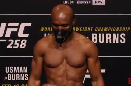 Kamaru Usman venció a Gilbert 'Durinho' Burns en el UFC 258.