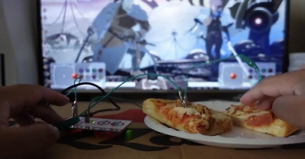 Convirtió un pedazo de pizza en control de videojuegos