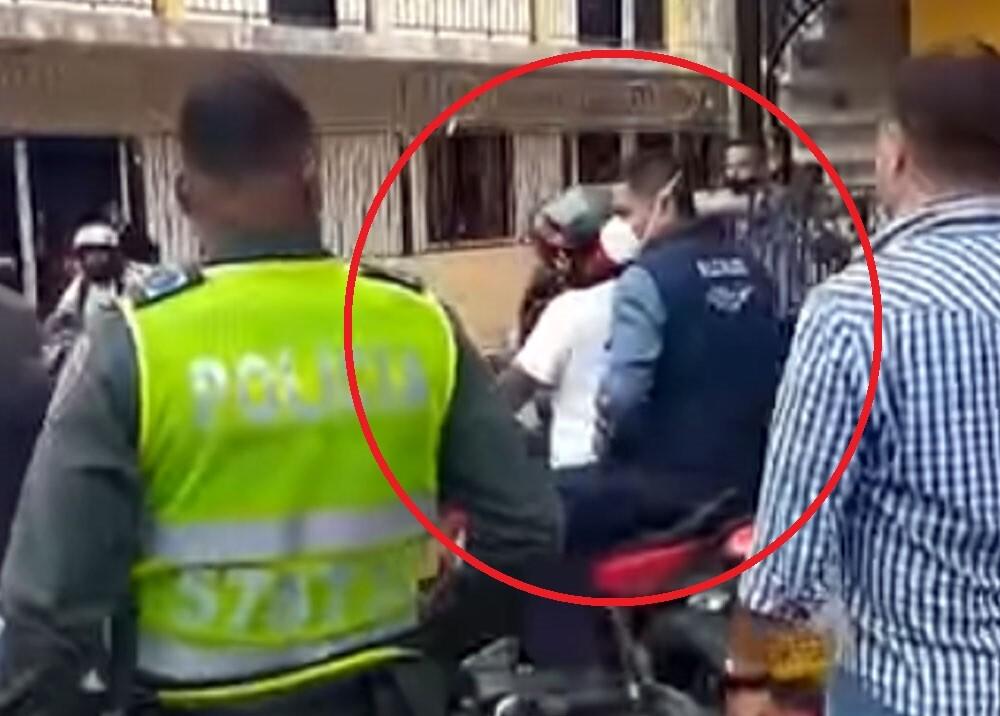 alcalde de cali jorge ivan ospina en mototaxi.jpg