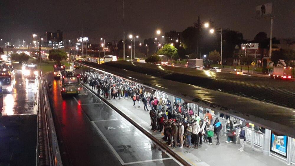 Aglomeraciones en el transporte público en Bogotá en inicio del toque de queda.
