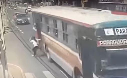 Mujer cayó de un bus tras huir de ladrón.JPG
