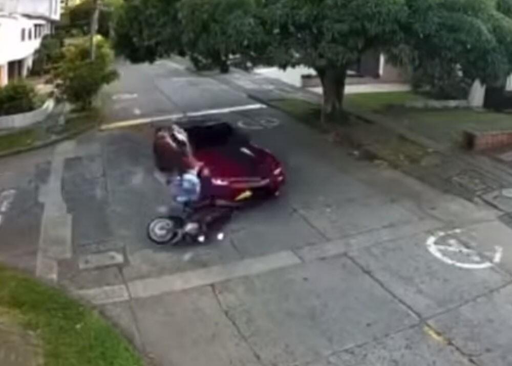 Conductor atropelló a motociclista que lo iba a robar en cali.jpg