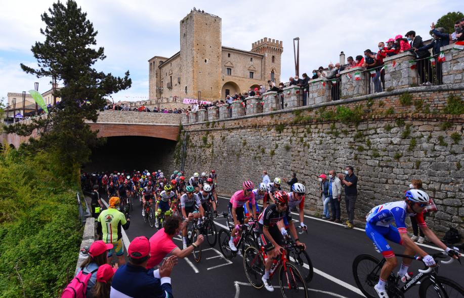 Pelotón durante la etapa 7 del Giro de Italia 2021.