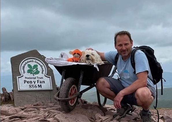 Carlos Fresco llevó a su perrito Monty a un último paseo.