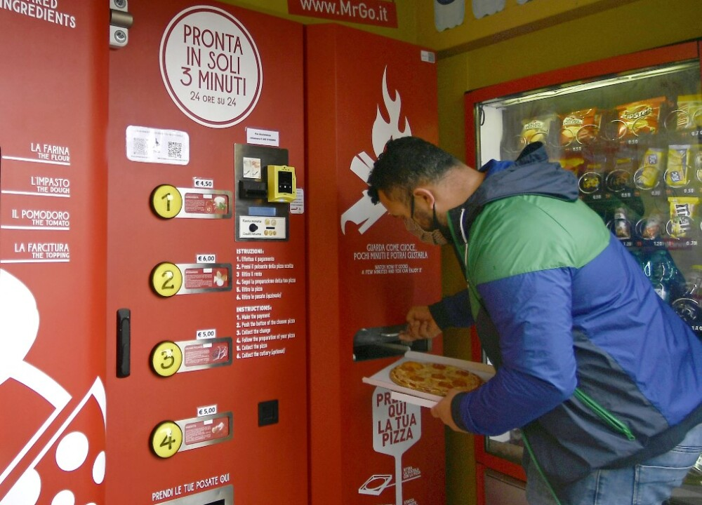 Máquina de hacer pizza en Roma, Italia.jpg