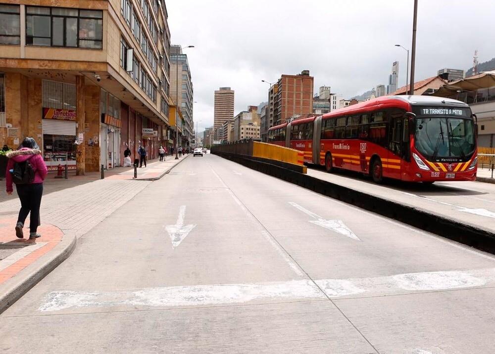 371032_Calle décima en el centro de Bogotá, límite entre localidades Santa Fe y La Candelaria // Foto: Twitter @LuisErnestoGL