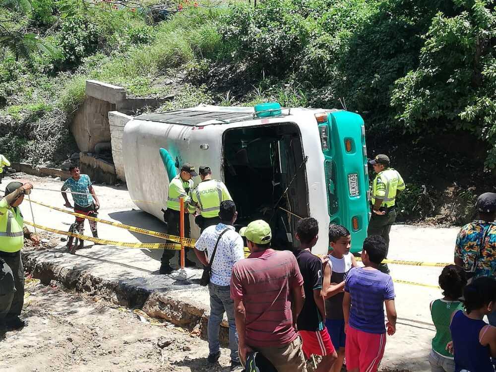 336394_Blu Radio/ Bus volcado en Las Terrazas. Foto: Cortesía