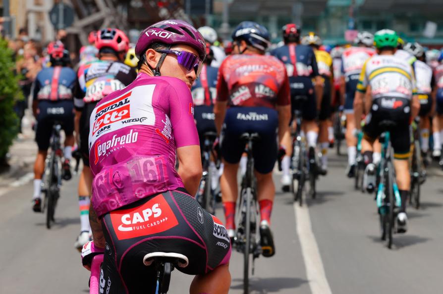 Caleb Ewan se retiró del Giro de Italia en la etapa 8.