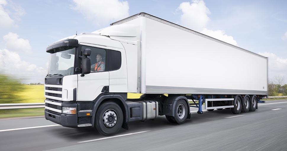 Hombre ataca el panorámico de un camión en movimiento
