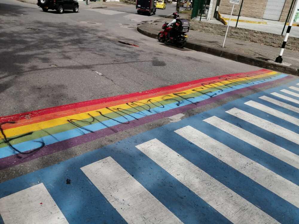 369293_Bandera LGBT vandalizada. Foto: Cortesia
