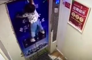 Niña de dos años atrapada en ascensor