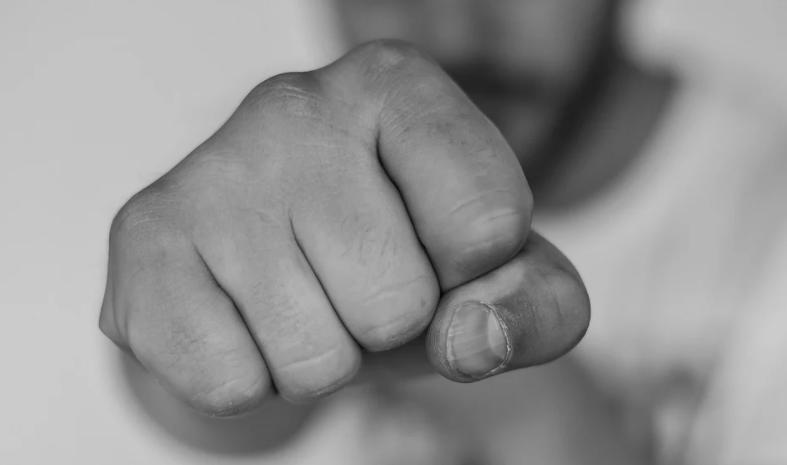 Hombre  en compa tras ser brutalmente golpeado por un vecino