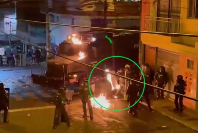 lanzan bomba incendiaria contra policía en Caldas.