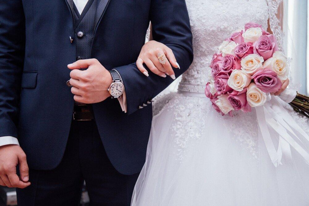 Mujer en Ohio se casa con un hombre que fue condenado por asesinar a su hermano
