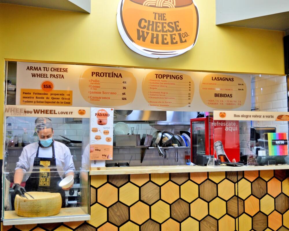 'The Cheese Wheel': el restaurante que prepara alimentos en una rueda gigante de queso
