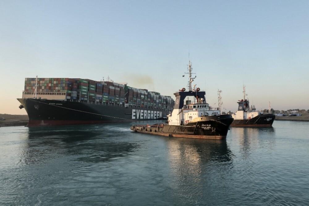 Remolque del portacontenedores Ever Given en el Canal del Suez