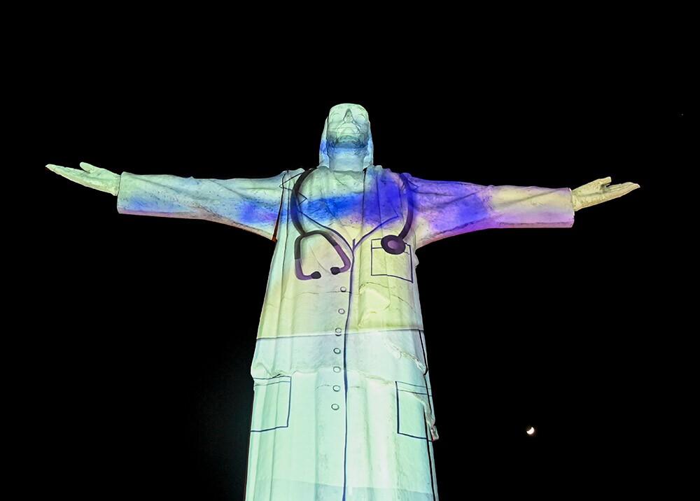 372806_Cristo Rey, en Cali, 'vestido' de médico durante la pandemia // Foto: AFP, imagen de referencia
