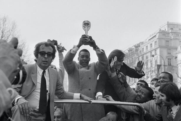 Pelé levanta la copa Jules Rimet / AFP