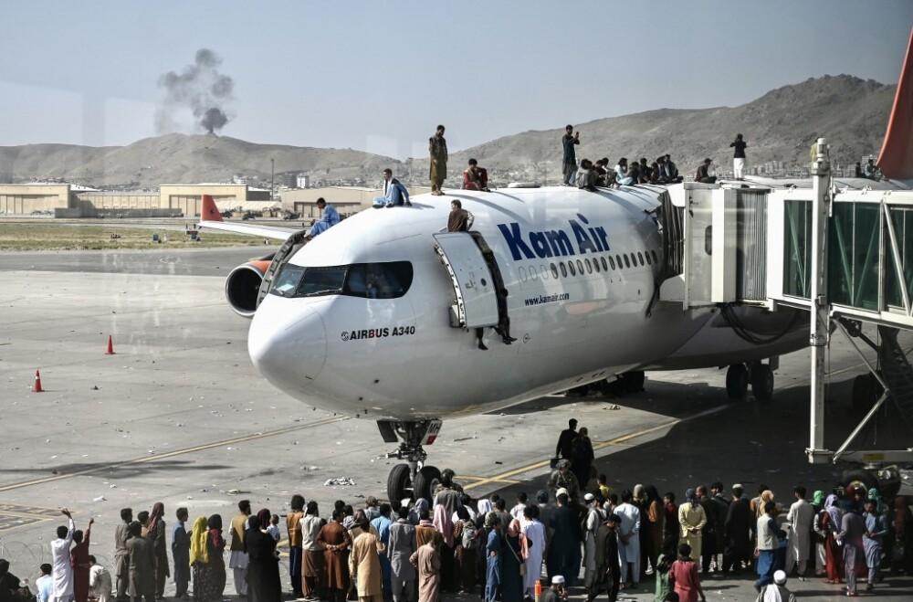 Caos y desesperación en aeropuerto de Kabul; miles de afganos buscan huir tras victoria de talibanes.jpeg