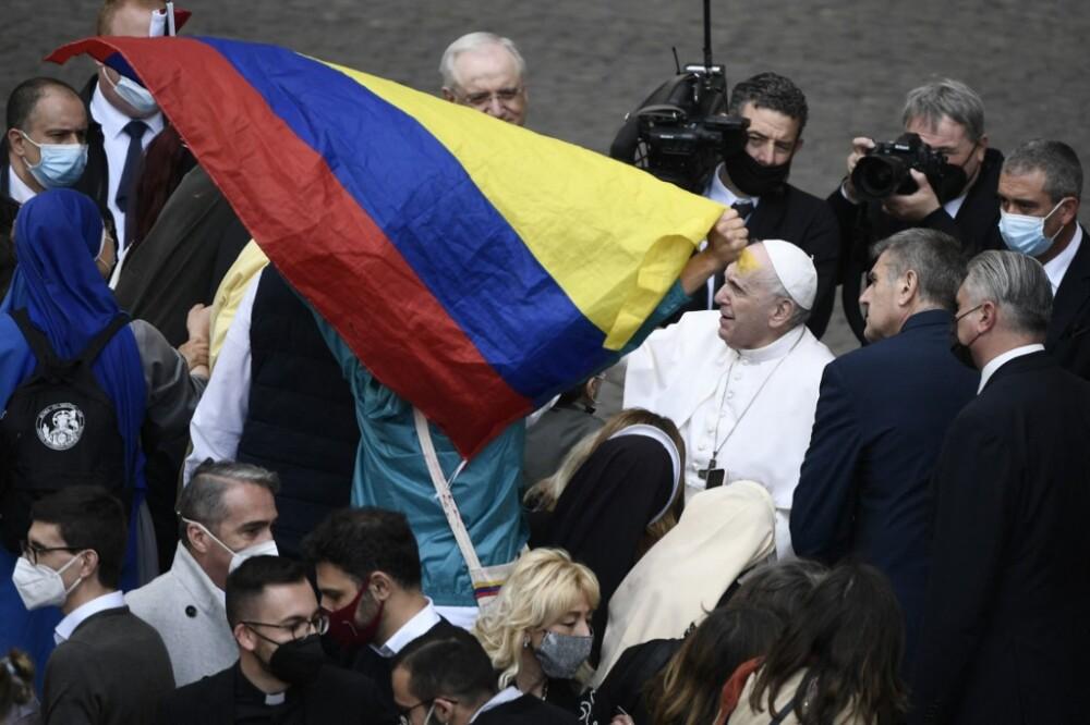 Papa Francisco saluda a manifestantes en el Vaticano