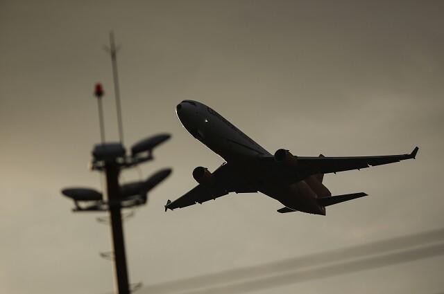Adolescente causó pánico en un avión tras mandar fotos de una pistola