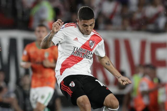 333060_Juan Fernando Quintero en acción de juego con River Plate.