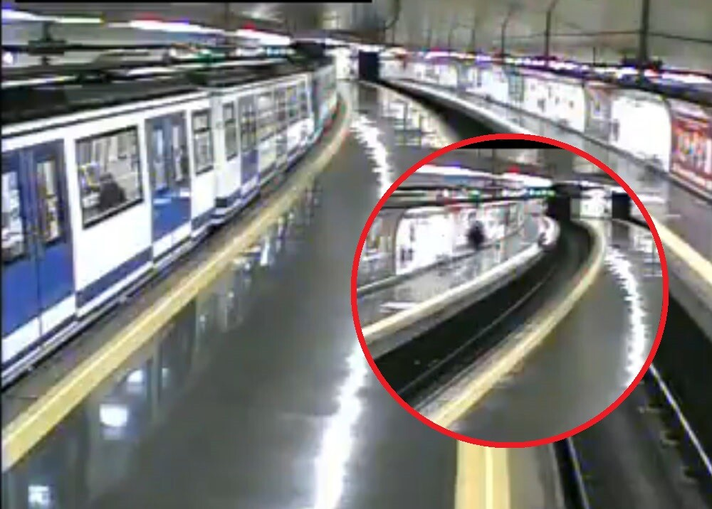 policia salva a joven de morir en el tren de madrid ok.jpg