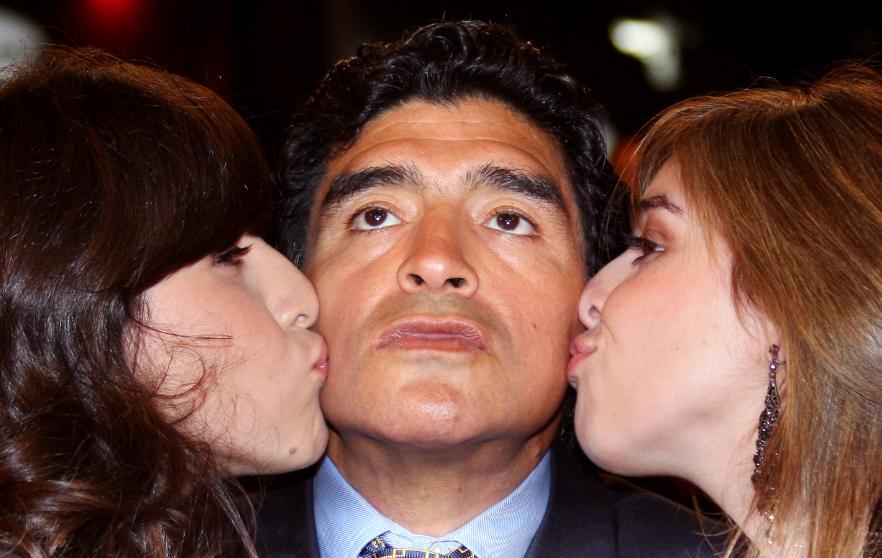 Diego Maradona junto a sus hijas Gianinna y Dalma.