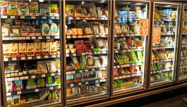Inadaptado defecó en un refrigerador de un supermercado