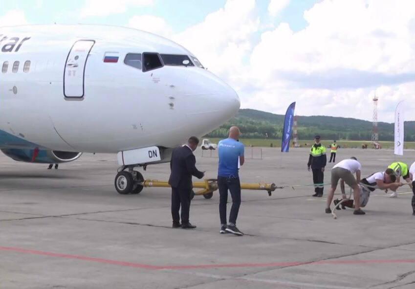 atleta remolca un Boeing.jpg