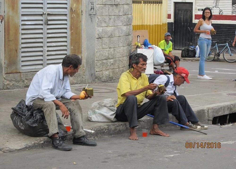 270567_Habitantes de calle reciben alimento cada domingo Foto: ¿Ya desayunó?