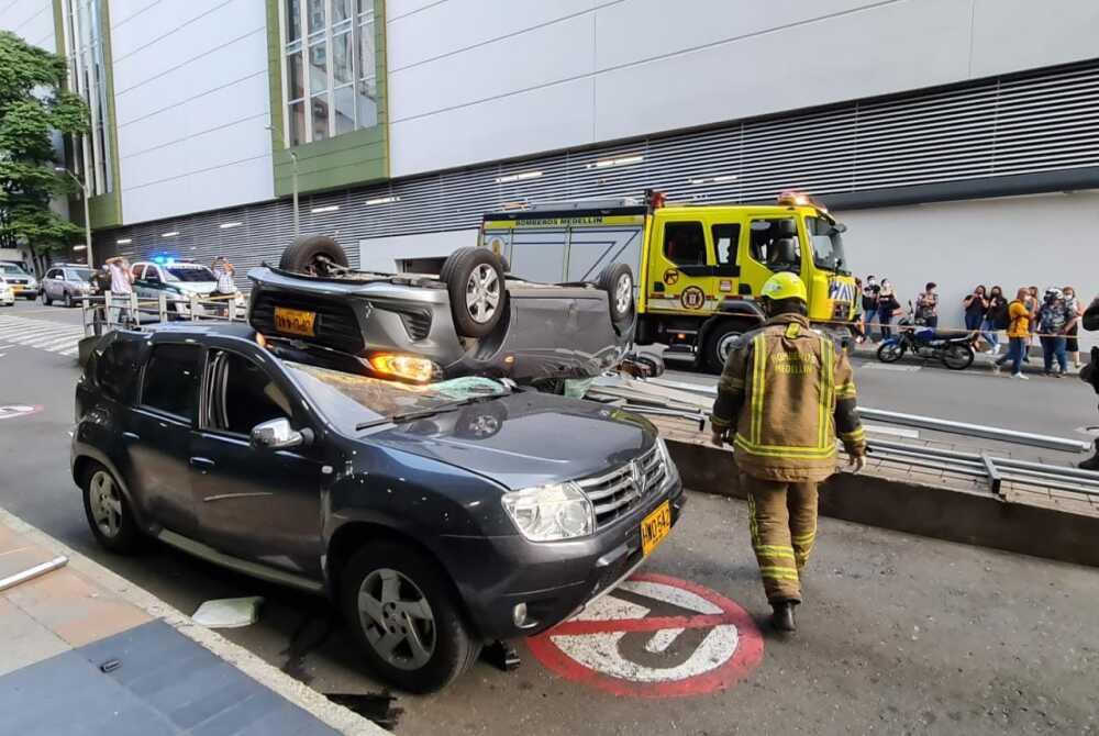 Carro cayó al vacío desde un parqueadero en Medellín.jpeg
