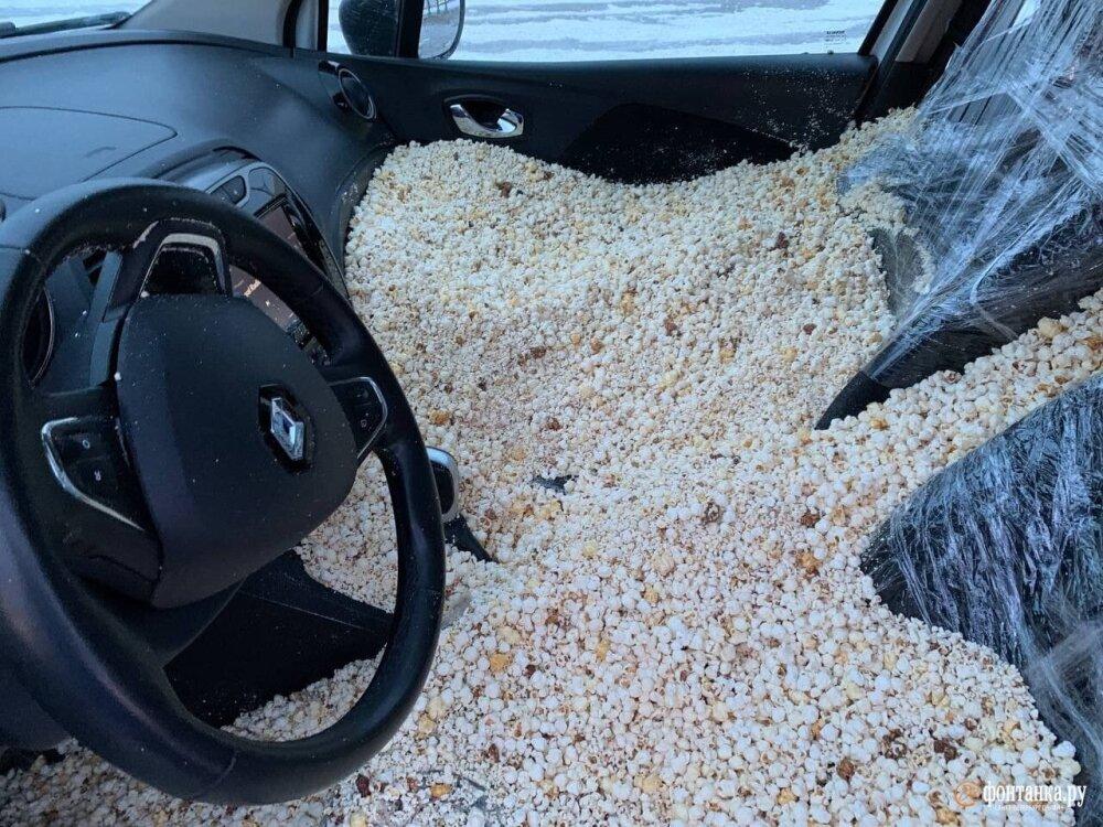 tiktokers llenaron un carro alquilado de palomitas de maíz y luego lo estrellaron.jpg