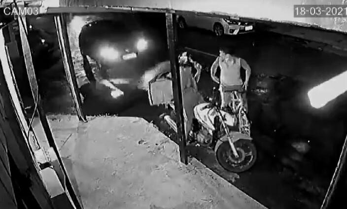 conductor arrolla a ladron.jpg